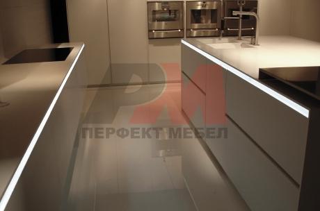 Стилно кухненско обзавеждане с лед осветление