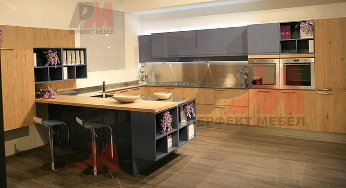 Кухненско обзавеждане с разчупена линия от шкафове по поръчка