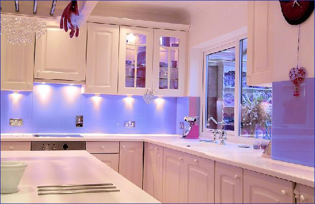 Кухня в бяло и синьо