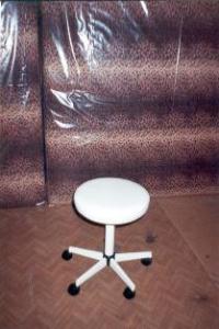 Бял въртящ се стол за лекарски кабинет