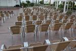 стол произведен от алуминии за заведение